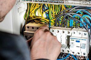 elektro-mann_elektroinstallationen
